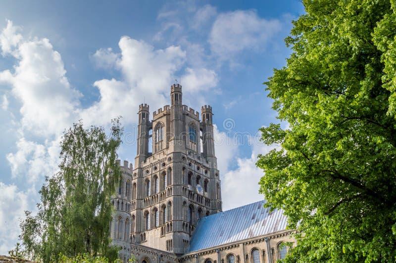 Widok Ely katedra przeciw niebieskiemu niebu z częściowymi chmurami, Cambridgeshire, Norfolk obrazy royalty free