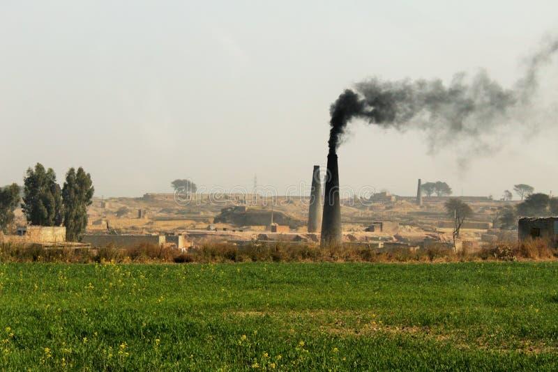 Widok emituje dym ceglany kiln fotografia royalty free