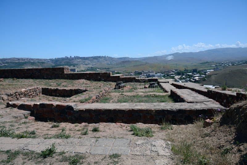 Widok Erebuni forteca z paertially utrzymanymi ścianami, fotografia stock