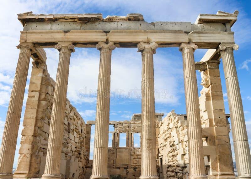 Widok Erechtheion świątynia Athena na Ateny akropolu przeciw prawdziwemu niebieskiemu niebu z wispy chmurami spod spodu zdjęcia royalty free
