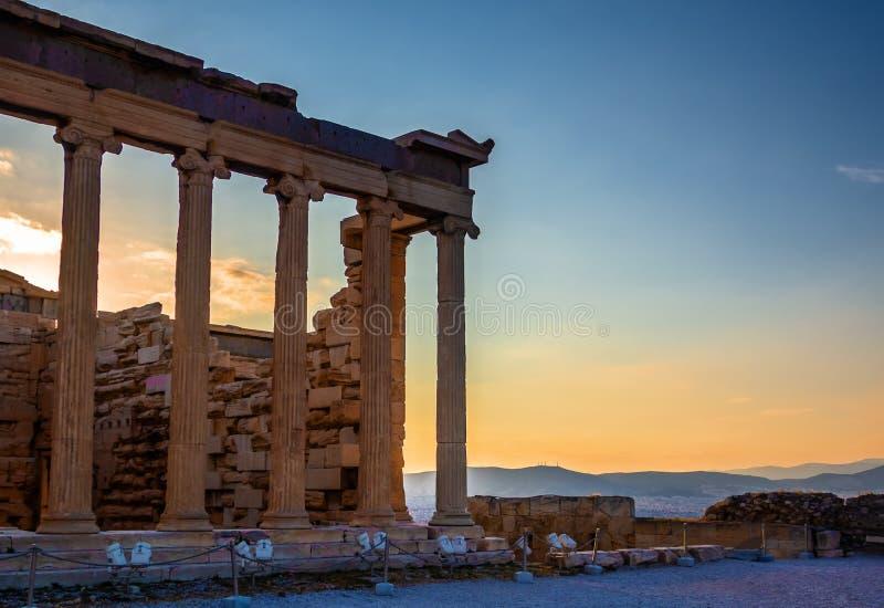 Widok Erechtheion na akropolu, Ateny, Grecja, przeciw zmierzchowi przegapia miasto obrazy stock