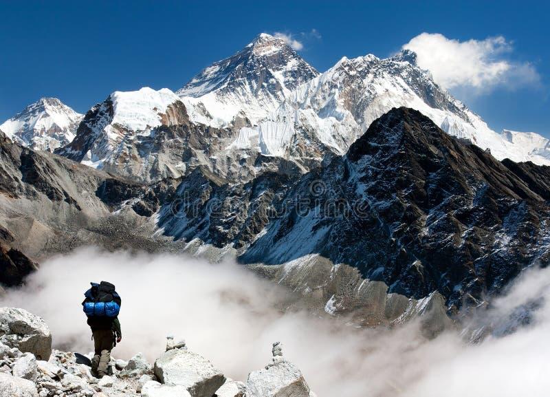 Widok Everest od Gokyo z turystą na sposobie Everest obraz royalty free
