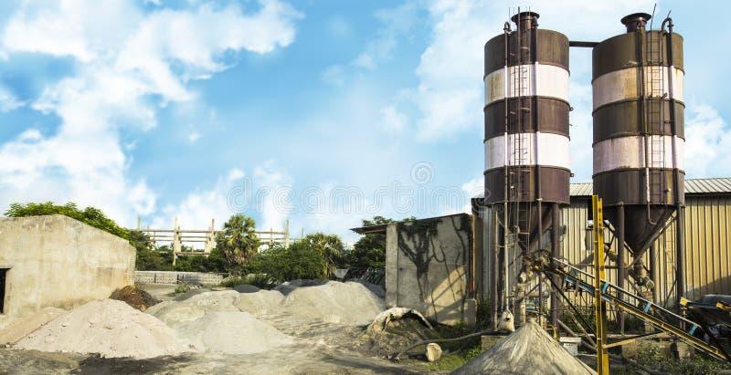 Widok fabryka przeciw niebieskiemu niebu zdjęcia stock