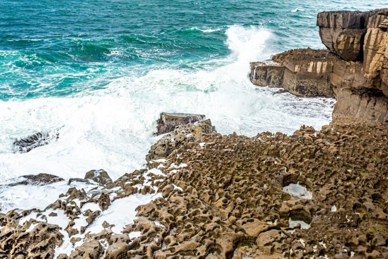 Widok fale rozbija na wapień skałach niewygładzony wybrzeże Bothar nA hAillite fotografia royalty free