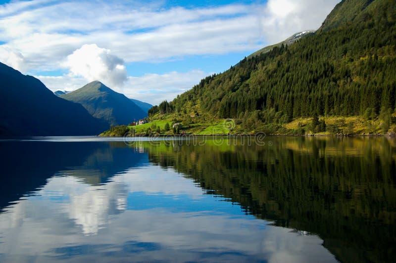 Widok fjord w Norway na niebieskim niebie z chmury tłem zdjęcie royalty free