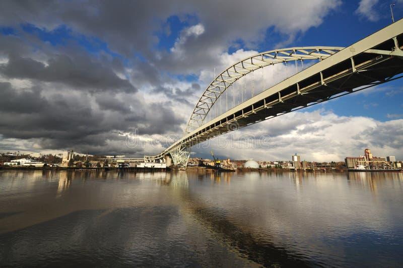 Widok Fremont Most z dramatycznymi Chmurami zdjęcia stock