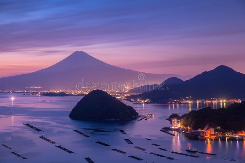 Widok góra Fuji z Suruga zatoką i Numazu miasteczkiem zdjęcia royalty free