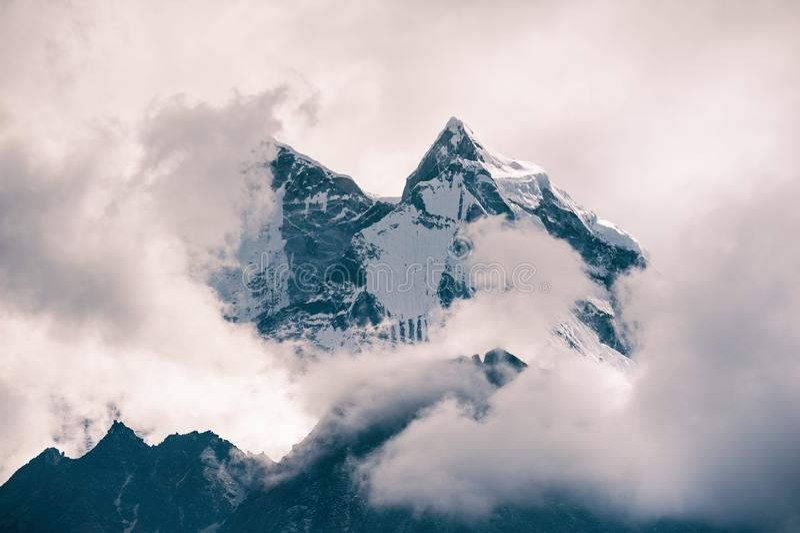Widok góra Kangtega z chmurami w himalajach Everest region, Nepal zdjęcie royalty free