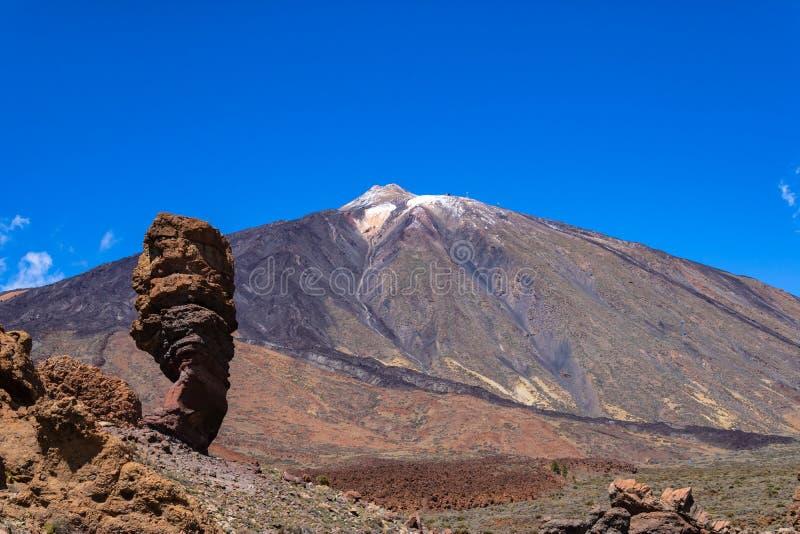 Widok góra Teide i palec bóg kołysamy Roque Cinchado, Tenerife, wyspy kanaryjskie, Hiszpania - wizerunek fotografia royalty free