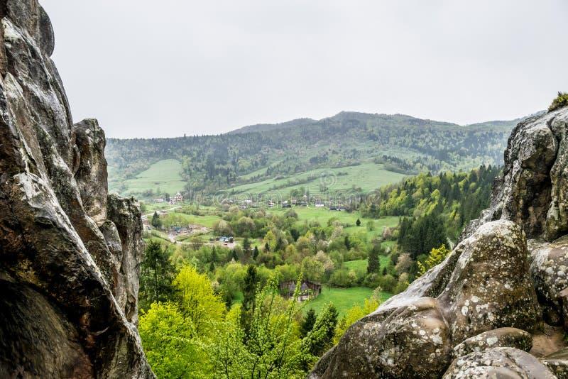 Widok górska wioska od skał Tustan fotografia stock