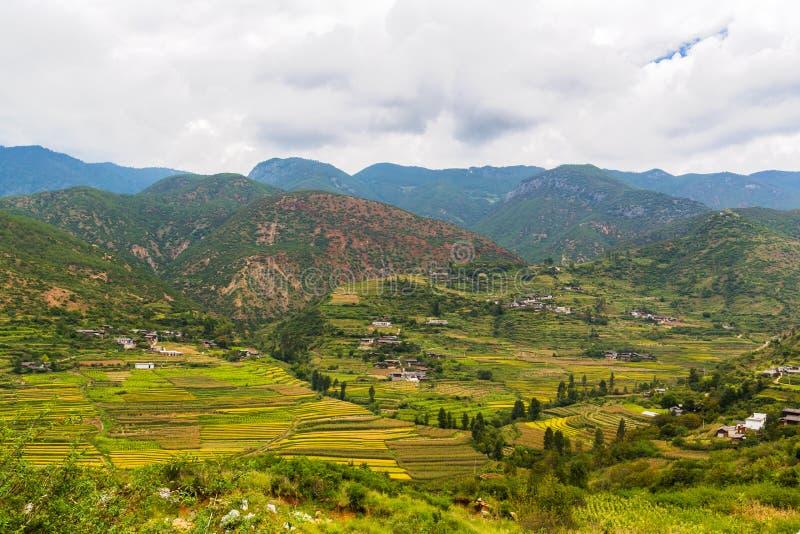 Widok górski na sposobie od Lijiang Lugu jezioro fotografia royalty free