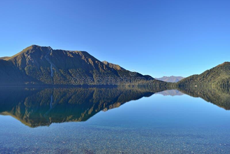 Widok górski z chmurami, jeziora, Nowa Zelandia Fjordland obrazy stock