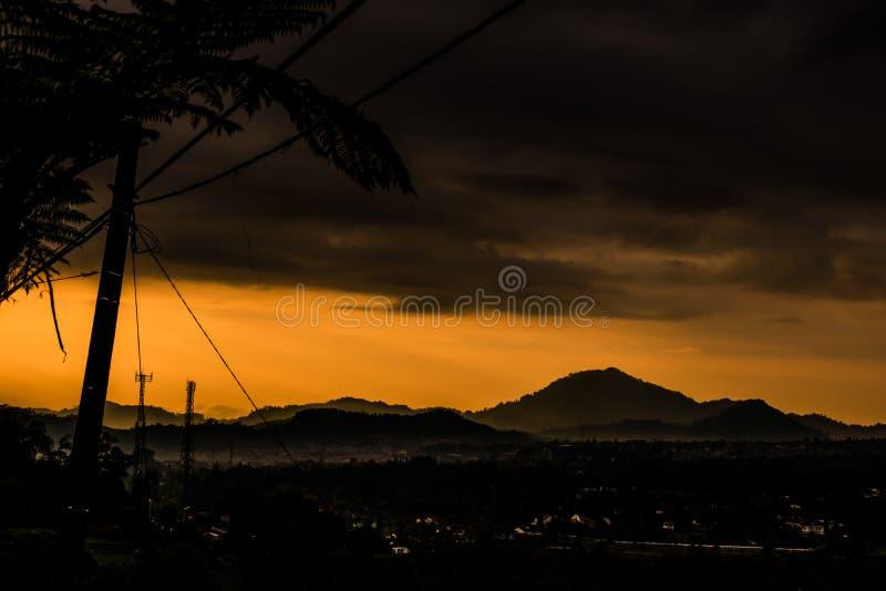 Widok górski z dramatycznym niebem obrazy stock