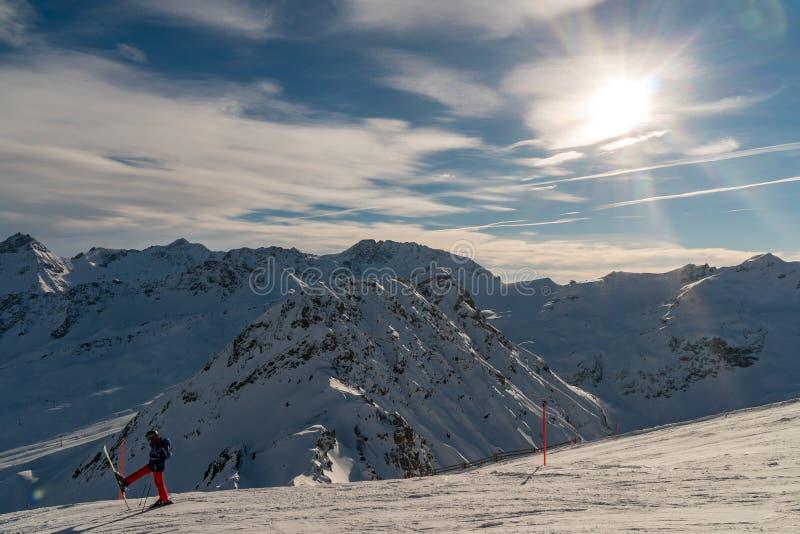 Widok górski z narciarką w przodzie obrazy stock