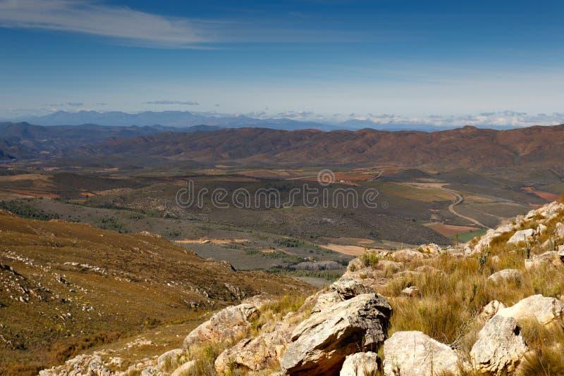 Widok górski z rolnymi ziemiami - Swartberg przepustka obraz stock