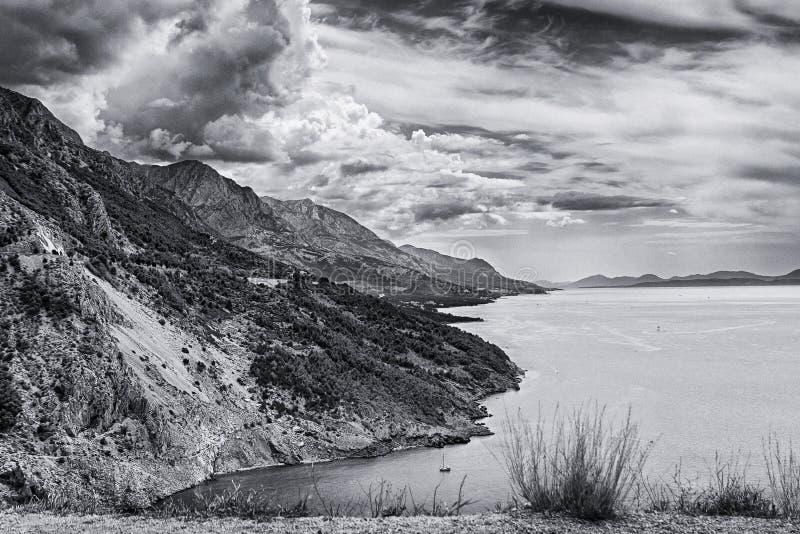Widok góry Adriatyckim Dennym wybrzeżem, Omis Riviera w Chorwacja i Makarska zdjęcia stock