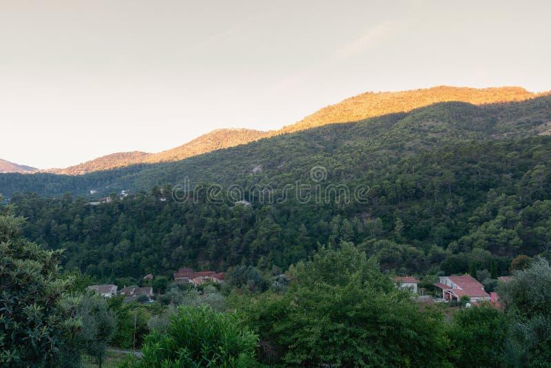 Widok góry blisko wioski Tourrette i doliny zdjęcie stock