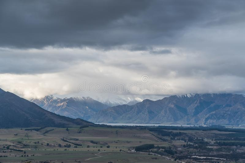 Widok góry i chmury blisko Wanaka zdjęcie stock