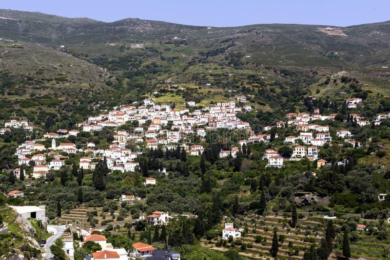 Widok góry i wioska od falezy Andros wyspy, Grecja, Cyclades zdjęcia royalty free