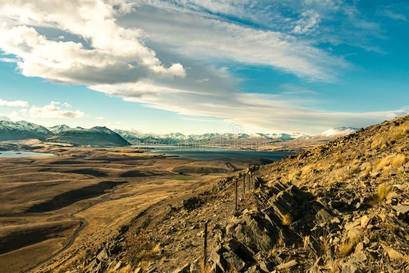 Widok góry, jezioro i valey w słonecznym dniu od góry, zdjęcie stock
