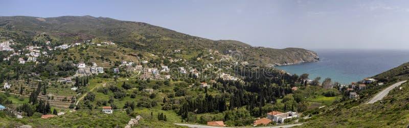 Widok góry, morze i wioska od falezy Andros wyspy, Grecja, Cyclades fotografia stock