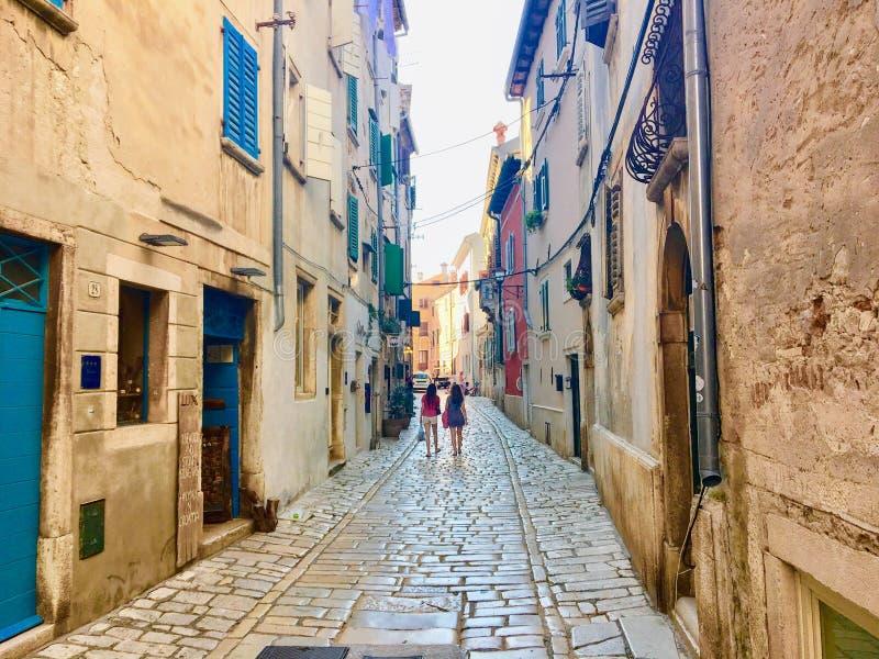 widok główna ulica w Starym miasteczku Rovinj, Chorwacja zdjęcie stock
