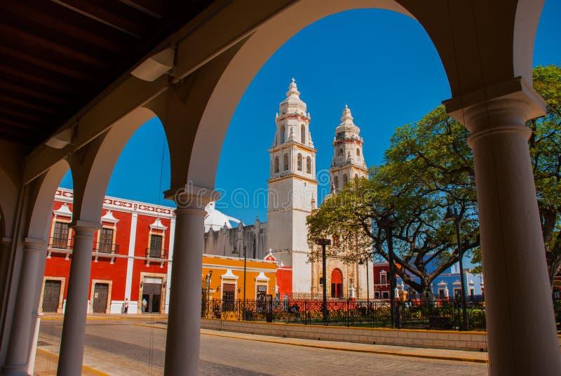 Widok główny park przez łuku biblioteczny budynek w Campeche, Meksyk W tle jest katedralny Del Los angeles conc obraz royalty free