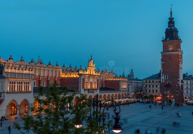 Widok g??wny plac Krakow i mariac ko?ci?? przy wiosn? obraz stock
