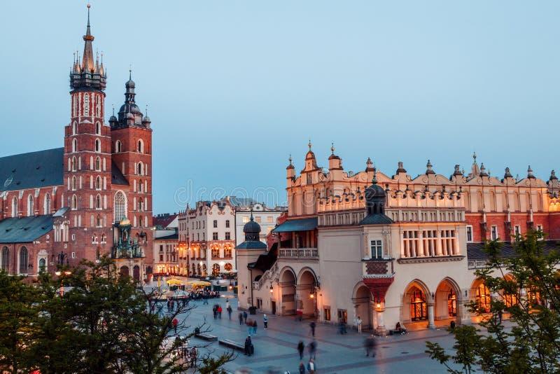 Widok g??wny plac Krakow i mariac ko?ci?? przy wiosn? fotografia stock