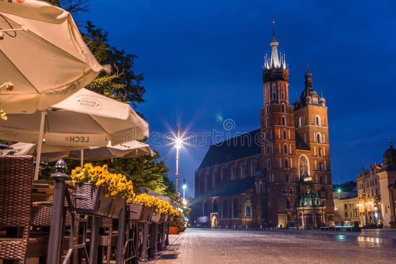 Widok g??wny plac Krakow i mariac ko?ci?? przy wiosn? obrazy stock