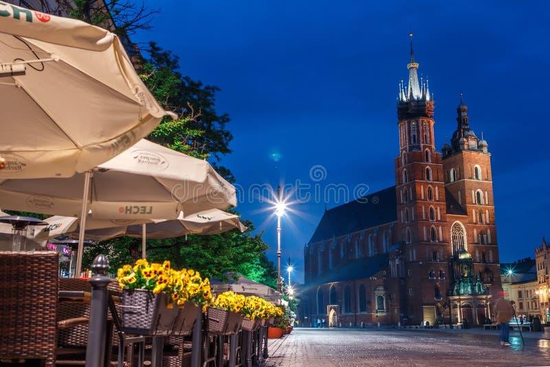 Widok g??wny plac Krakow i mariac ko?ci?? przy wiosn? zdjęcie stock