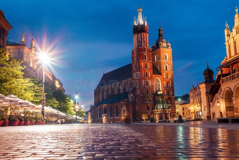 Widok g??wny plac Krakow i mariac ko?ci?? przy wiosn? zdjęcia stock