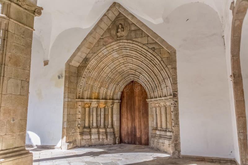 Widok gothic brama na wewnętrzny przyklasztornym, katedra Viseu obraz stock