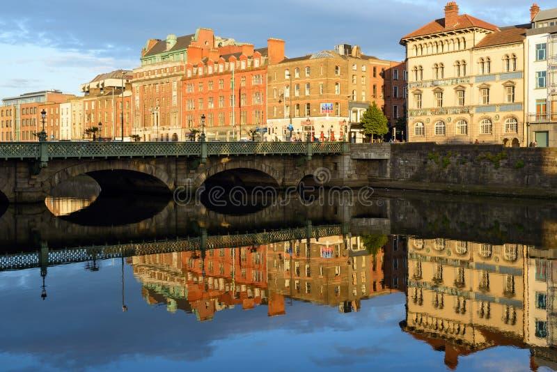 Widok Grattan most w Dublin, Irlandia, z budynków odbiciami w Liffey rzece fotografia royalty free