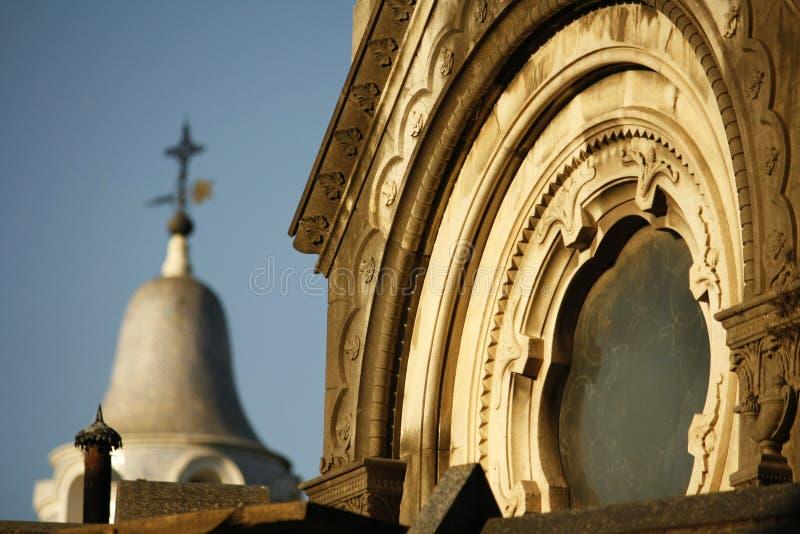 Widok grobowiec z krzyżem na tle przy Recoleta cmentarzem w Buenos Aires fotografia royalty free