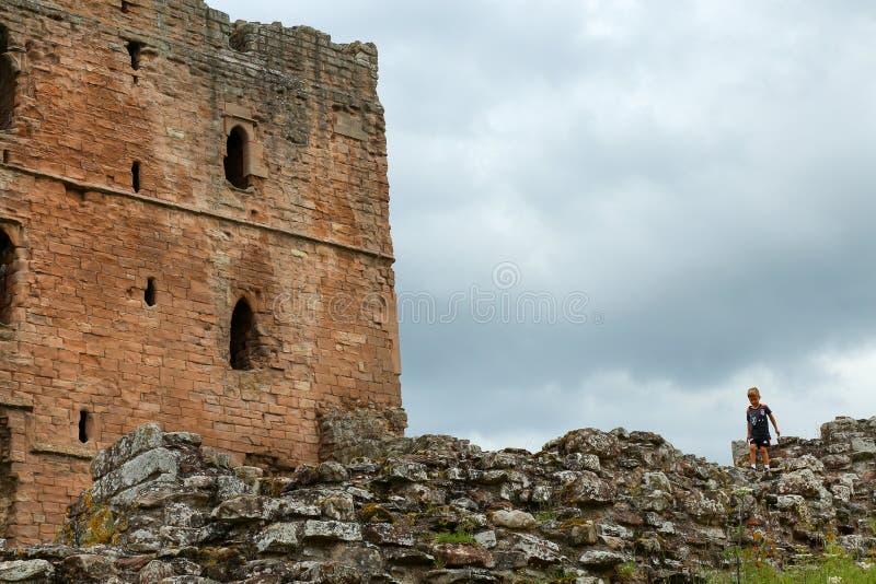 Widok grodowy wierza z kamienną ścianą i dzieckiem na odprowadzeniu dalej obrazy royalty free