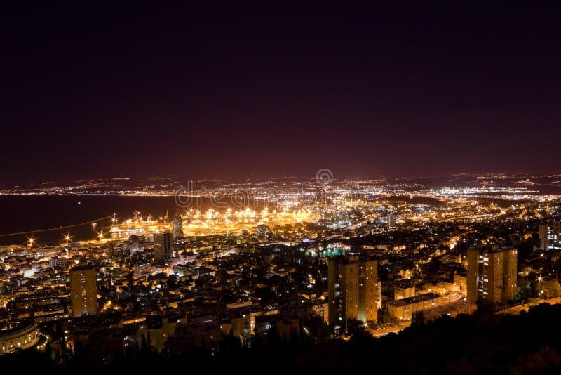 Widok Haifa w Izrael z noc oświetleniem zdjęcia royalty free