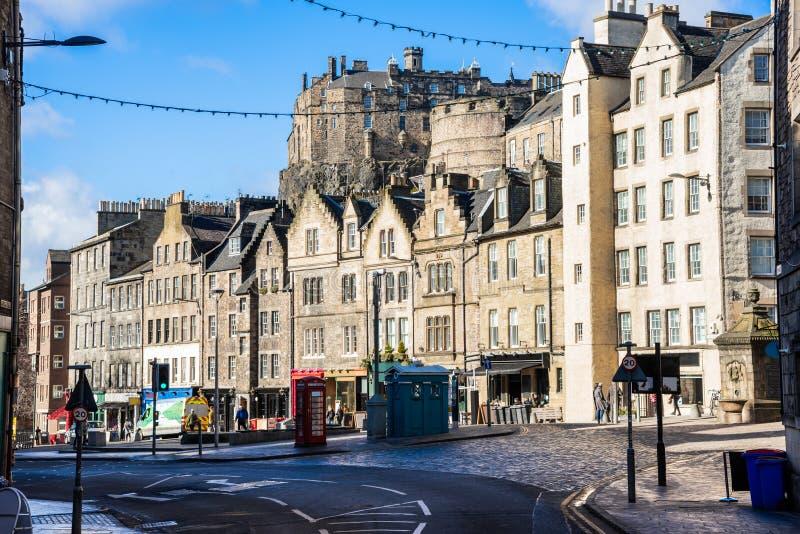 Widok Historyczni rzędów budynki w Edynburg i niebieskim niebie fotografia stock