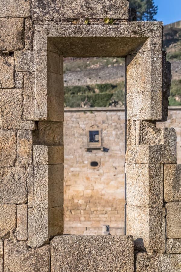 Widok historyczny budynek w ruinach, klasztor St Joao Tarouca, szczeg?? rujnuj?ca ?ciana z dziury drzwi i zamazanym t?em, zdjęcie stock