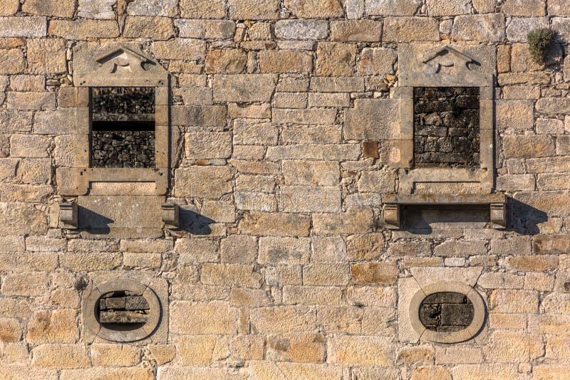 Widok historyczny budynek w ruinach, klasztor St Joao Tarouca, szczeg?? rujnuj?ca ?ciana z pi?dziami symetryczni okno i fotografia stock