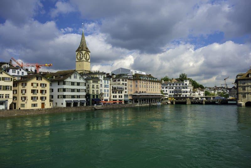 Widok historyczny Zurich centrum miasta wodny rzeczny Limmat na dniu w lecie i turkus cloudly, kanton Zurich zdjęcia stock