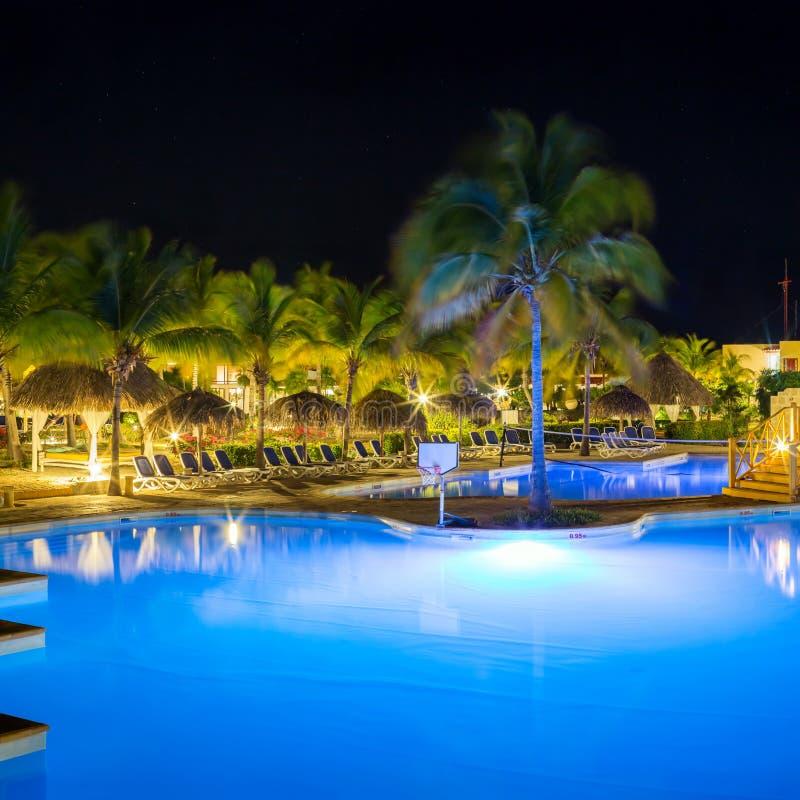 Widok hotelowy i pływacki basen przy nocą obraz royalty free