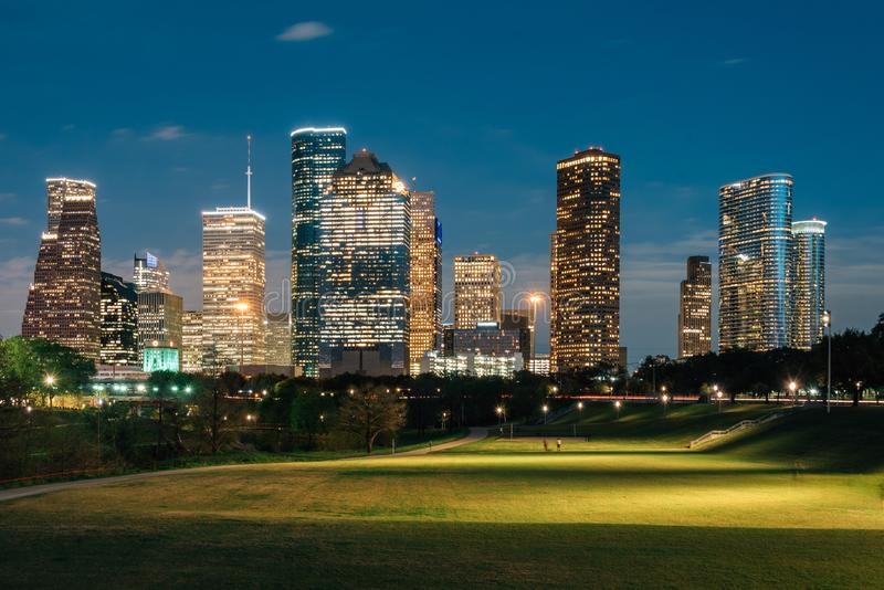 Widok Houston linia horyzontu przy nocą od Eleanor Tinsley parka w Houston, Teksas obrazy royalty free