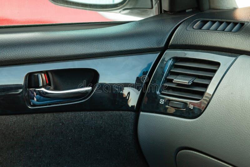 Widok inerior Toyota Imsum kopyto_szewski pokolenie z drzwiową rękojeścią, kanałem i deską rozdzielczą po czyścić przed sprzedażą obraz royalty free