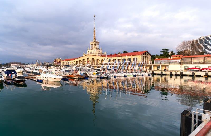 Widok intymne ?odzie i port morski jachty przy molem w Sochi i, Rosja obrazy royalty free