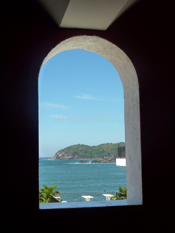 Widok Ixtapa wyspa przez okno fotografia stock