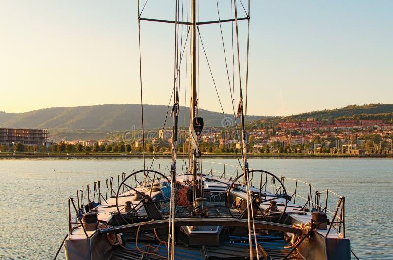 Widok jachtu zacofanego Z pokładu jachtowego do łuku i żagli Narzędzia i wyposażenie na łodzi City Koper w tle obraz stock