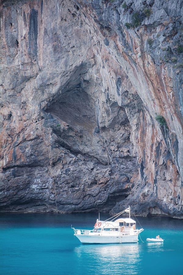 Widok jachty, skały i zatoka, zdjęcie royalty free