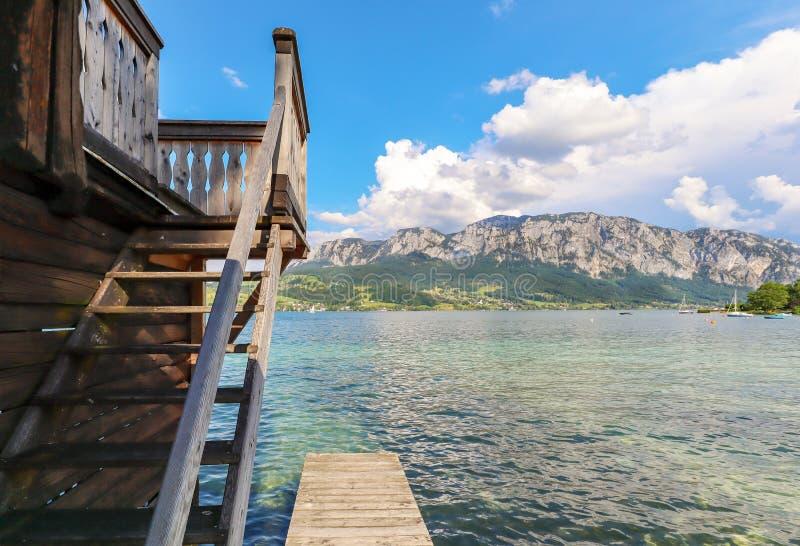 Widok jeziorny Attersee z żeglowanie łodzią, góry austriaccy alps blisko Salzburg, Austria Europa obraz royalty free