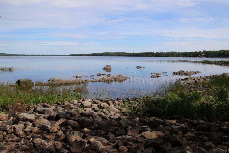 Widok jezioro z skalistym brzeg obraz stock